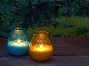 Kaarsen op tafel: zo geniet je van de herfsttuin
