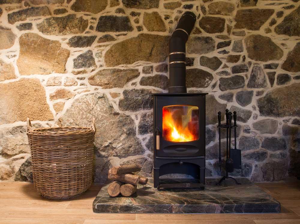 Houtblokken voor een haardvuur opbergen in huis: de mooiste ideeën