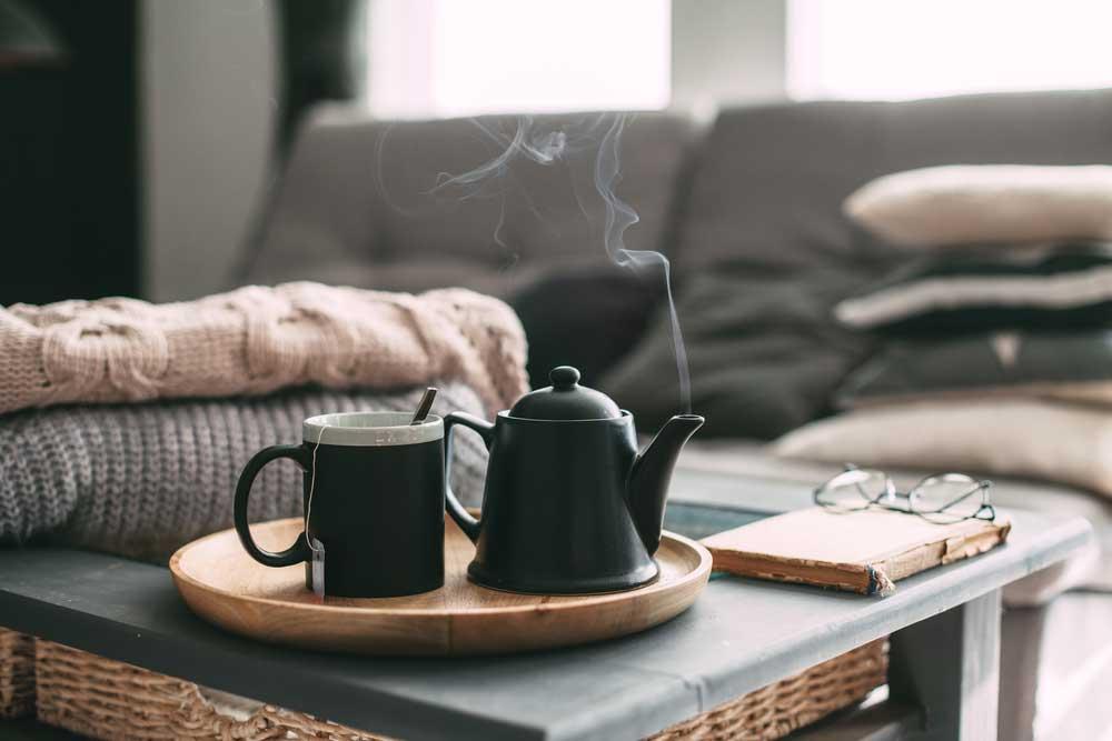 Zet leuke mokken en theepotten op tafel in de winter