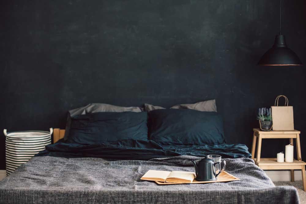 Kies een warme kleur op de muur in de slaapkamer