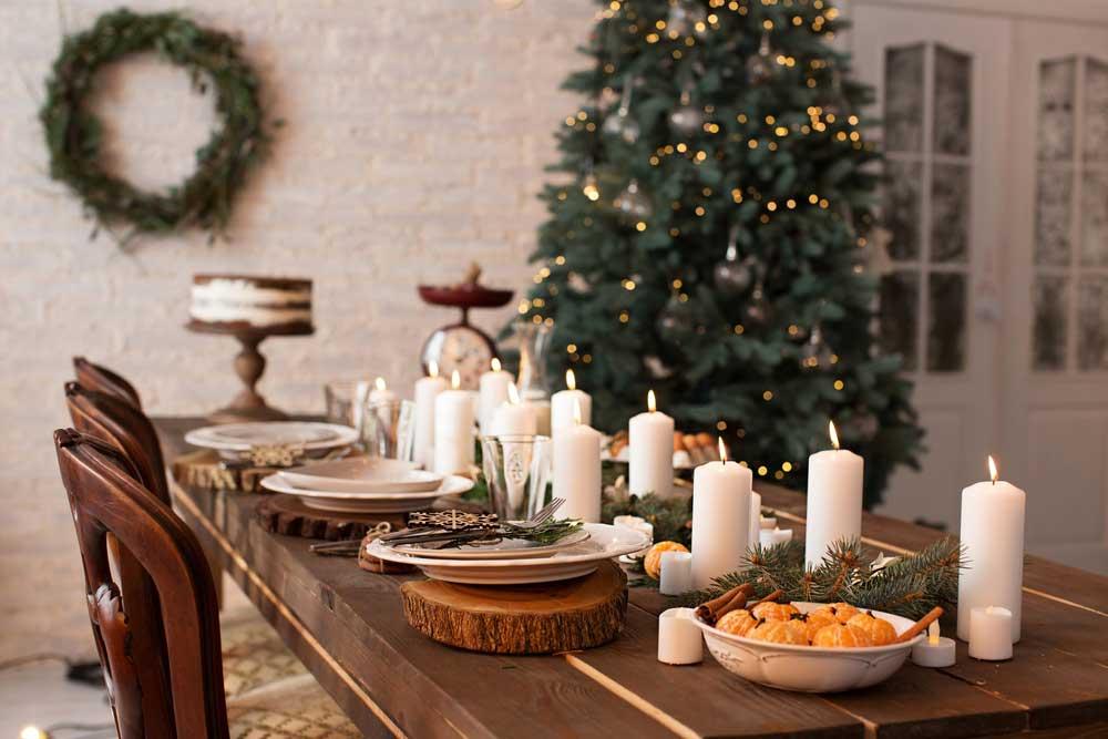 Kaarsen op de dinertafel met kerst
