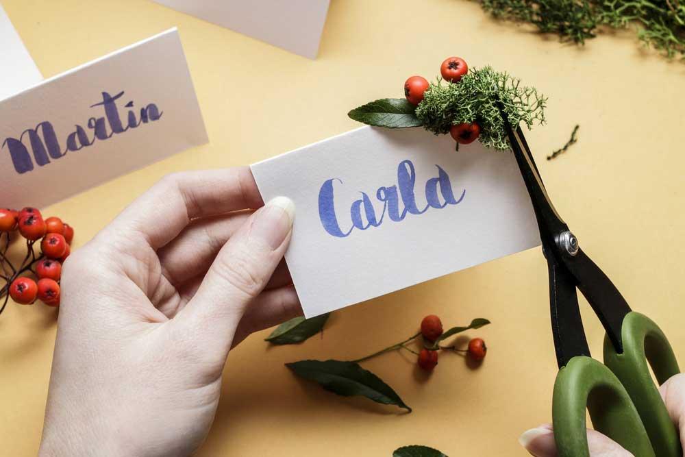 Een persoonlijke kersttafel met naamkaartjes