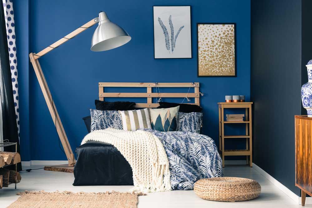 Ga voor een muur in een donkerblauwe tint