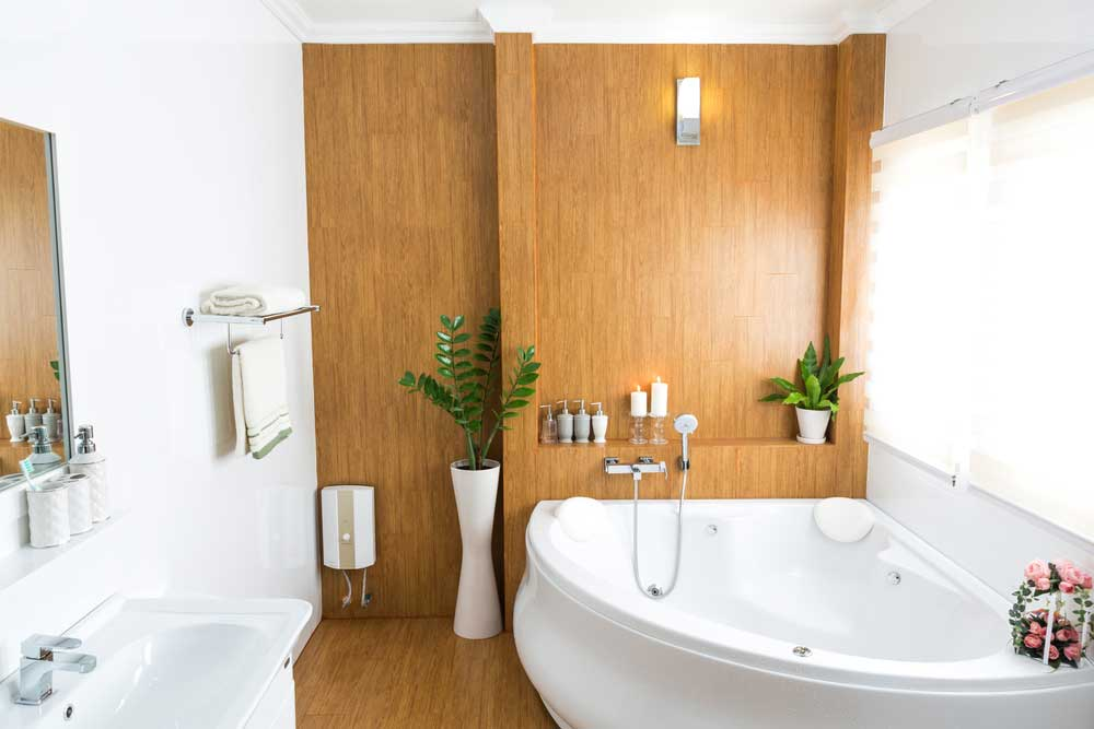 Ga voor een houten muur in de badkamer