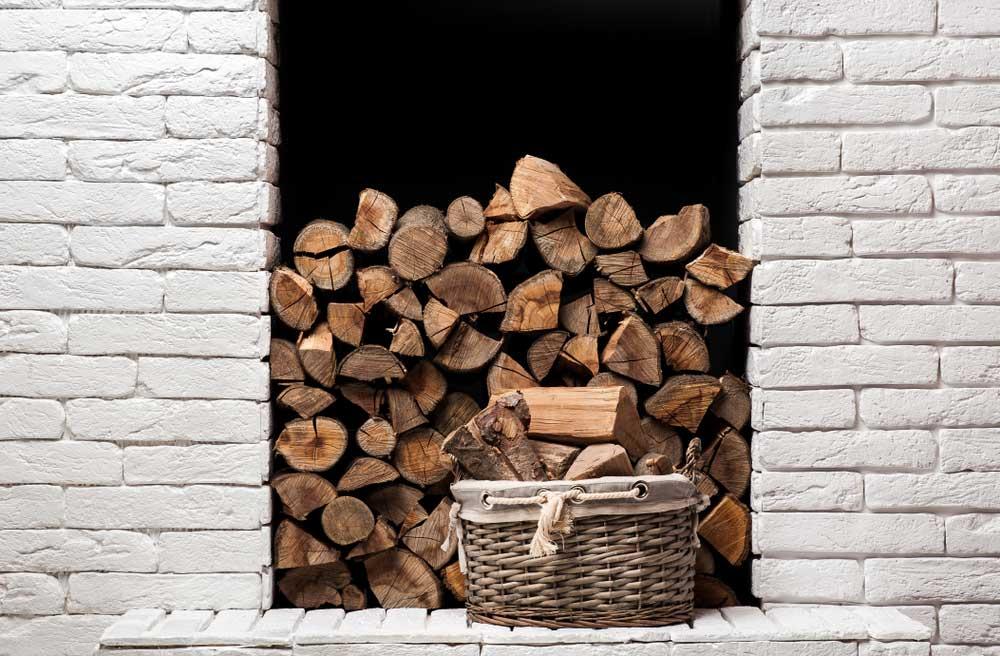 Geef hout voor de kachel een plekje in de muur