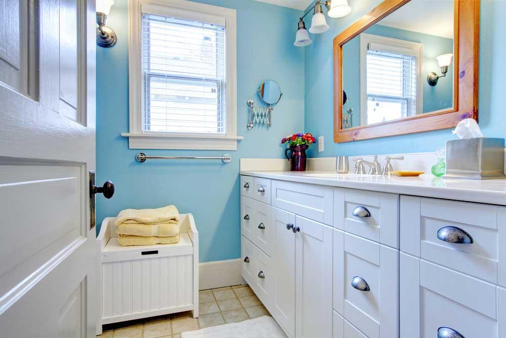 Gebruik de ruimte onder de wasbak bij het opruimen in de badkamer
