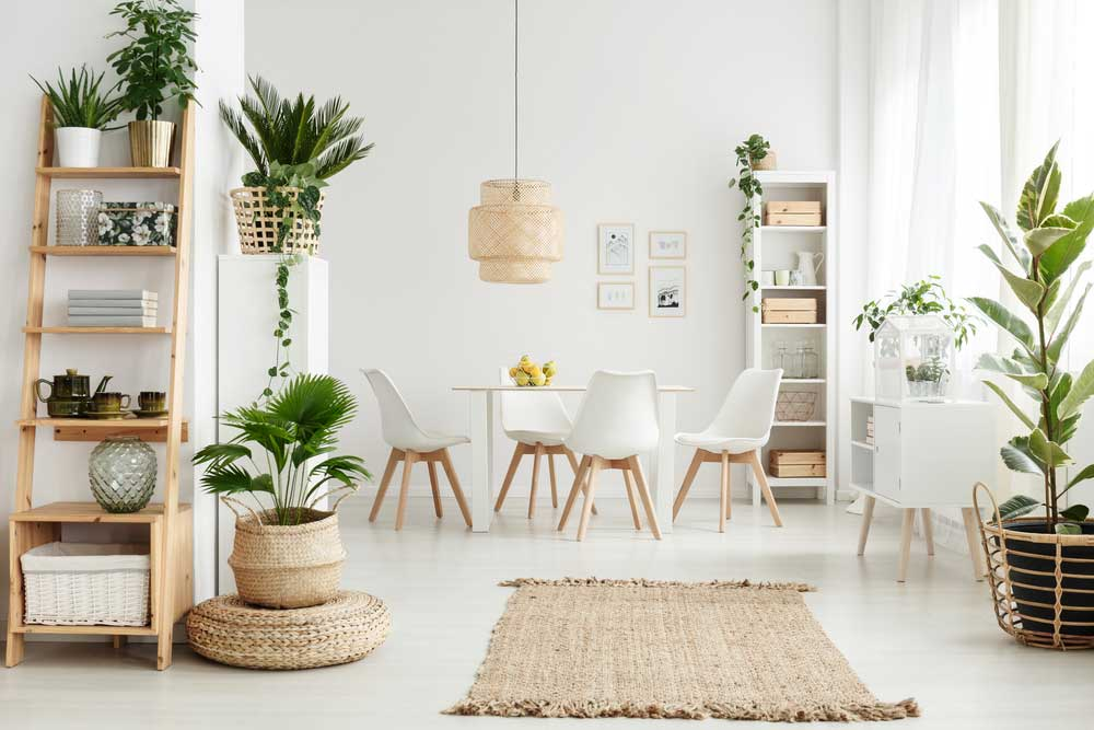 Gebruik een rieten mand als plantenpot