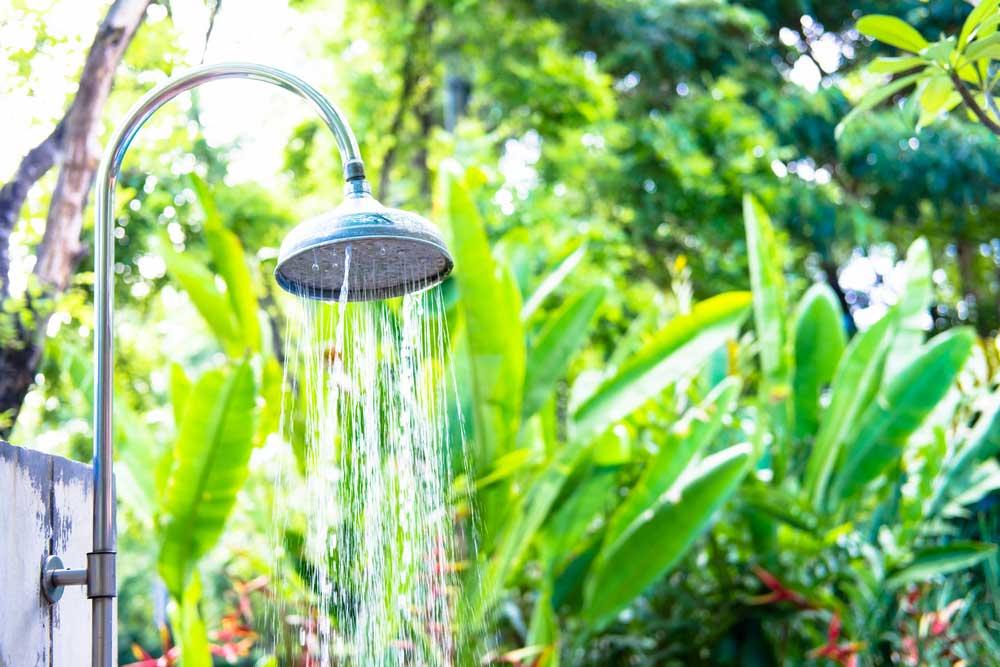 Een buitendouche in de tuin: dromen we er niet allemaal van?