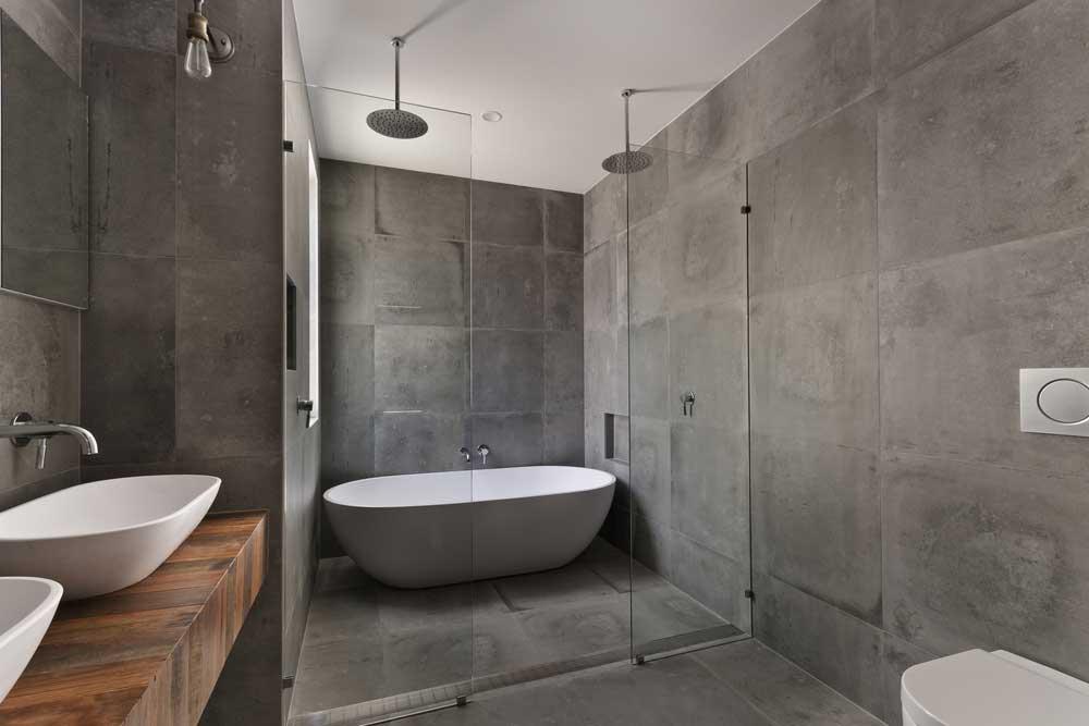 Een unieke look: donkere tegels in de badkamer