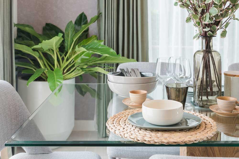 Pak uit met een glazen eettafel in huis