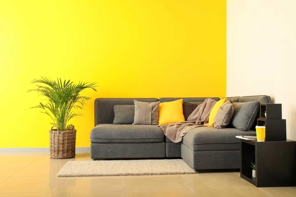 Durf uit te pakken met geel op de muur