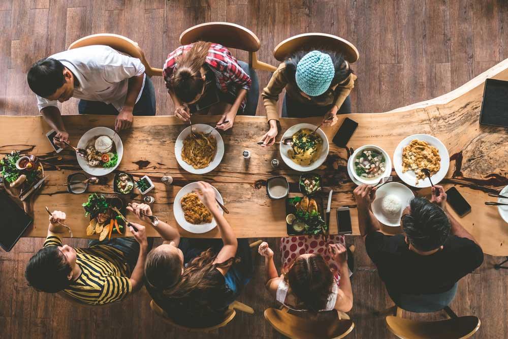 De eettafel in het midden van de kamer: ontdek de voordelen