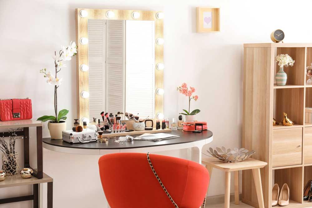 Ga voor een make-up hoek in huis met een spiegel met lichtbollen