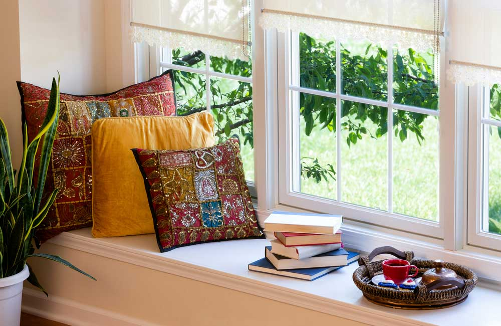 Genieten maar: een leeshoek in huis in de vensterbank