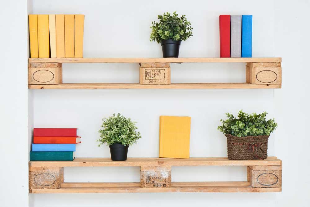Origineel: boeken opbergen in huis met een pallet