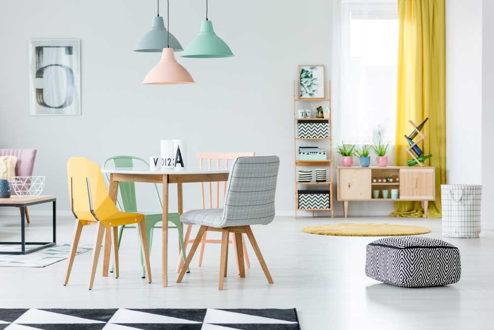 Pak uit met een bonte verzameling aan eetkamerstoelen in de woonkamer