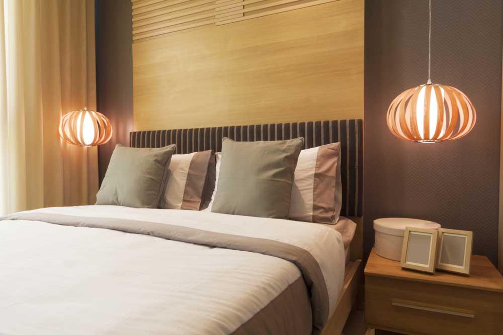 Opvallende hanglampen naast het bed: een prachtig plaatje