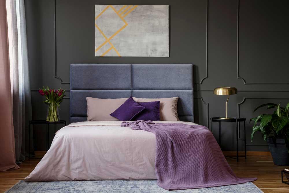 Een bureaulamp naast het bed in een opvallende kleur