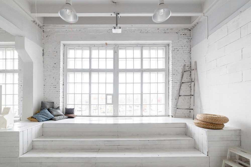 Uniek en fraai: een oud, groot raam in huis
