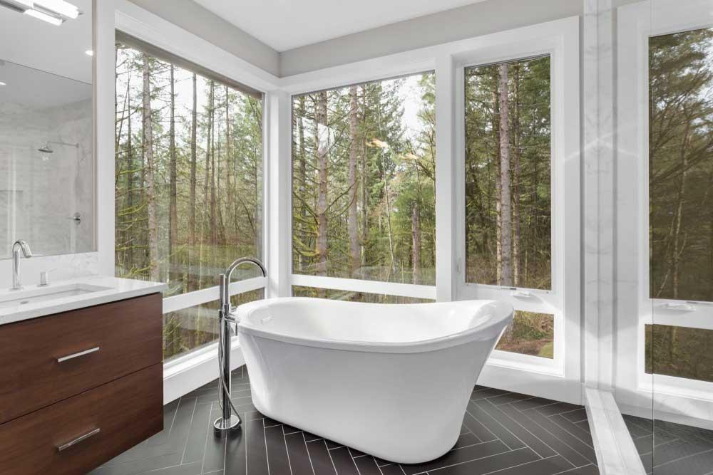 Voor de waaghalzen: grote ramen in de badkamer