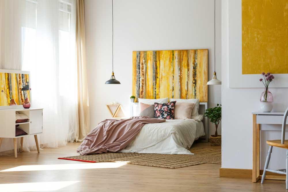 Een mooi idee: geel achter het bed