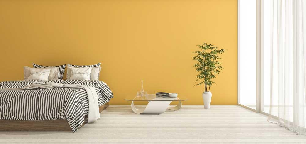 Lekker opvallend: een gele muur in de slaapkamer